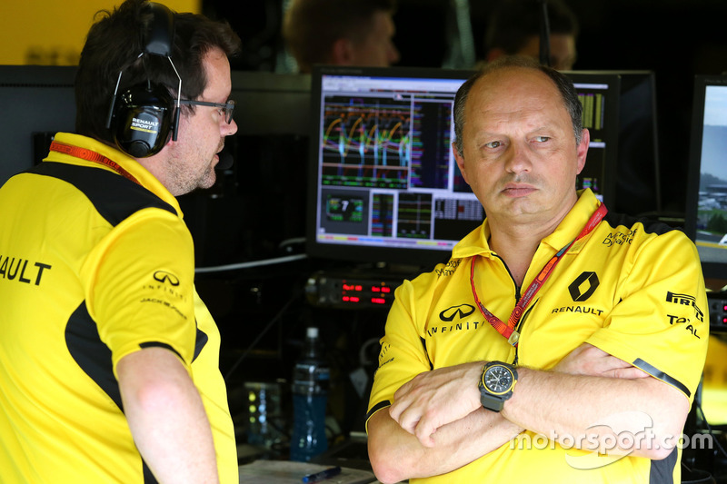 Julien Simon-Chautemps, Renault Sport F1 Team; Frederic Vasseur, Renault Sport F1 Team