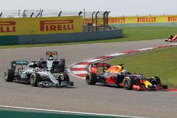Daniel Ricciardo, Red Bull Racing RB12 y Lewis Hamilton, Mercedes AMG F1 Team W07