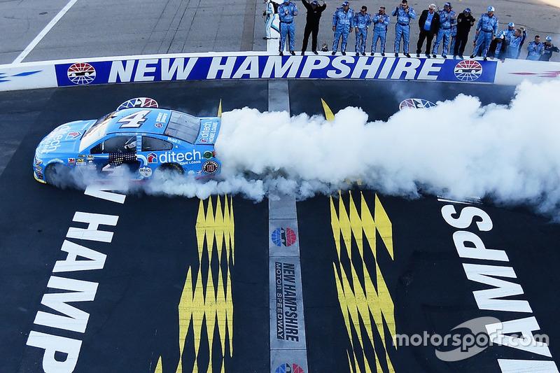 Burnout: Sieger Kevin Harvick, Stewart-Haas Racing, Chevrolet