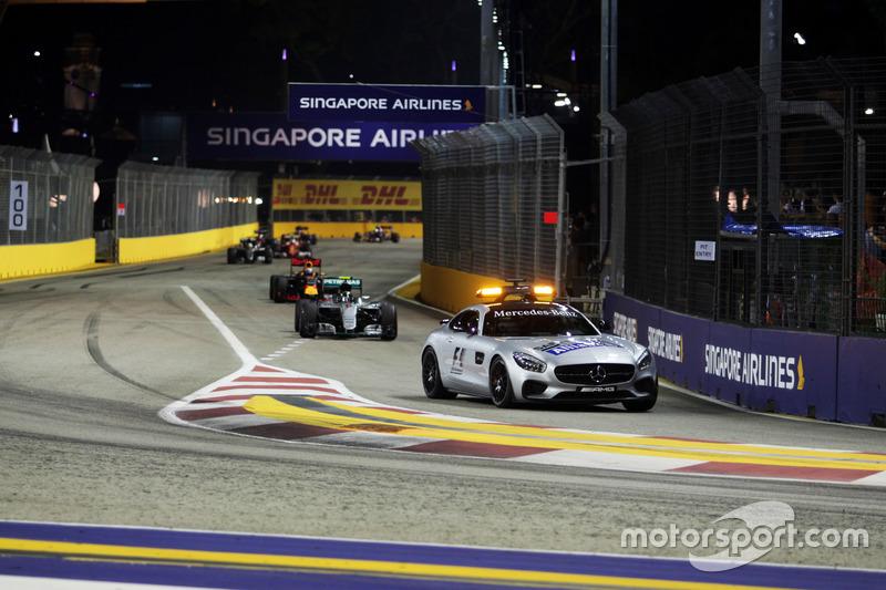 Nico Rosberg, híbrido de Mercedes AMG F1 W07 conduce detrás del coche de seguridad FIA