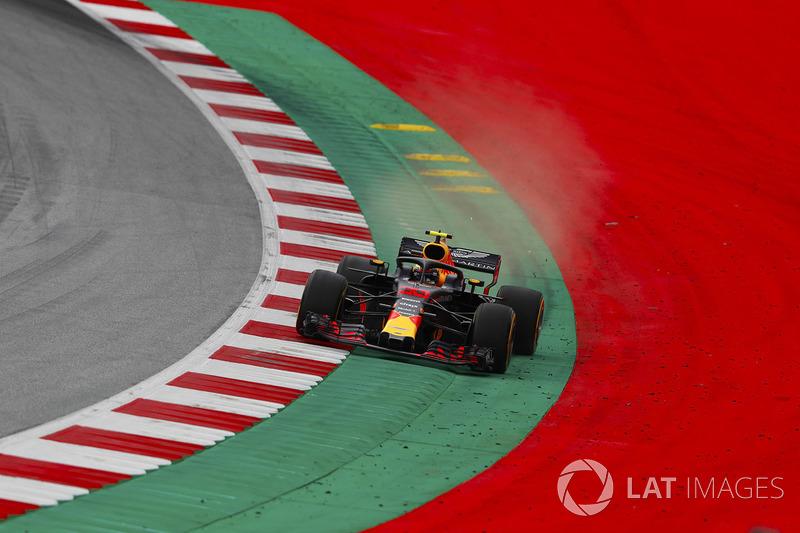 Max Verstappen, Red Bull Racing RB14, va largo oltre il cordolo