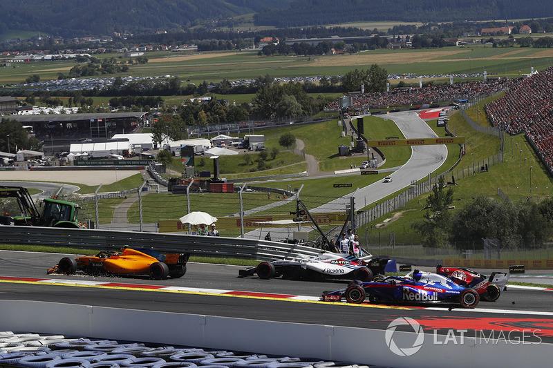 Stoffel Vandoorne, McLaren MCL33 with broken front wing on lap one