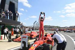 Ganador de carrera Sebastian Vettel, Ferrari SF71H, celebra en Parc Ferme