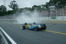Jarno Trulli, Renault Renault F1 Team R23, supera la monoposto incidentata del compagno di squadra