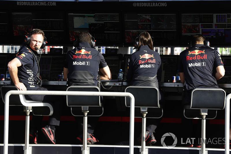 El director del equipo Christian Horner, Red Bull Racing, y el equipo de Red Bull en la pared del pit