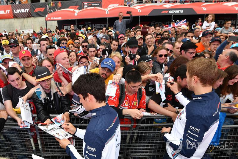 Lance Stroll, Williams y Sergey Sirotkin, Williams firma autógrafos para los fanáticos