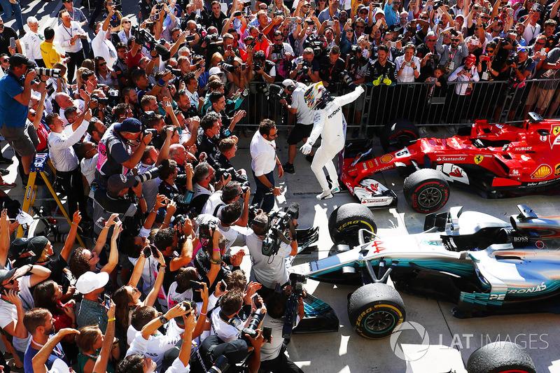 Lewis Hamilton, Mercedes AMG F1 W08, salta de su coche en  Parc Ferme después de ganar