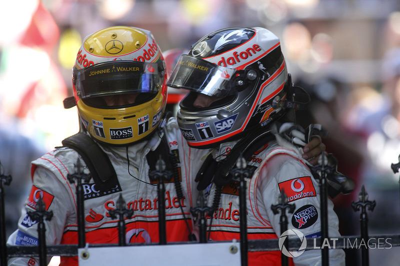 Segundo lugar Fernando Alonso, McLaren MP4-22, felicita al tercer lugar Lewis Hamilton, McLaren MP4-22