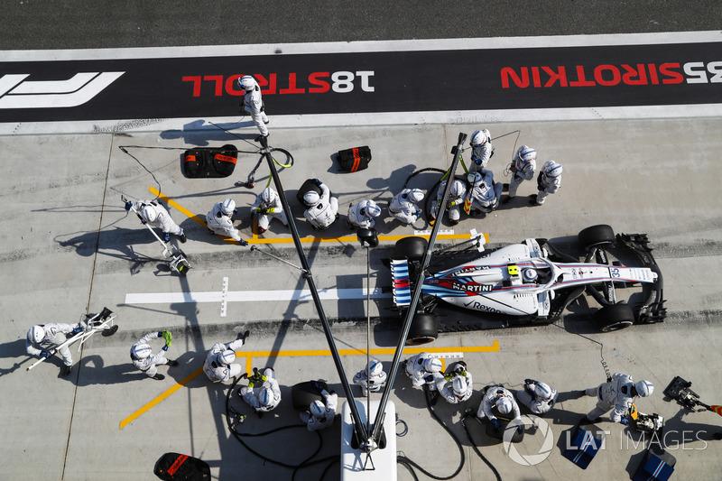 Sergey Sirotkin, Williams FW41 Mercedes, lascia il box dopo un pit stop