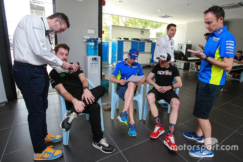 Para pembalap menandatangani dokumen medis
