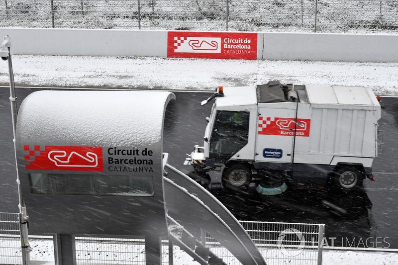 Camiones quitan la nieve del Circuit de Barcelona