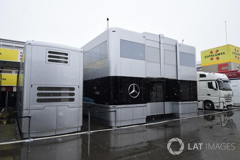 Трейлеры Mercedes AMG F1 в заснеженном паддоке