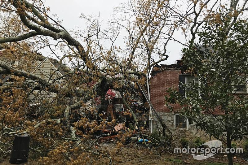 Pohon ambruk menimpa rumah keluarga Robb Brady di Atlanta, Georgia saat menonton balap F1