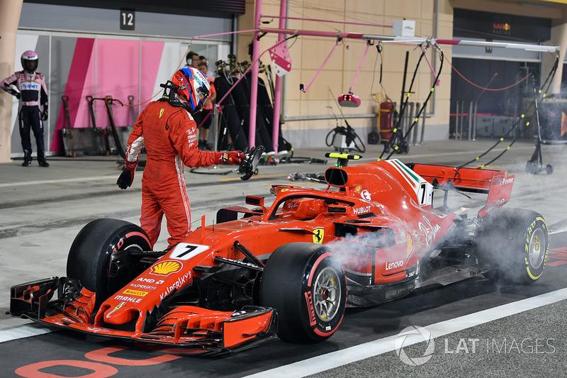 Kimi Raikkonen, Ferrari SF71H se detiene de la carrera en el pit lane