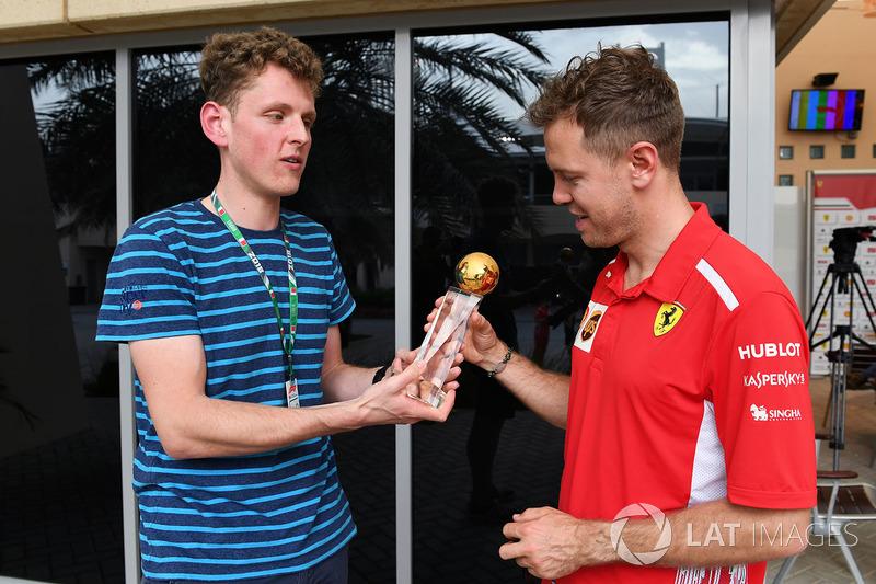 """Себастьян Феттель, Ferrari, отримав нагороду """"Гонщик 2017 року"""" від читачів Motorsport-Total.com"""