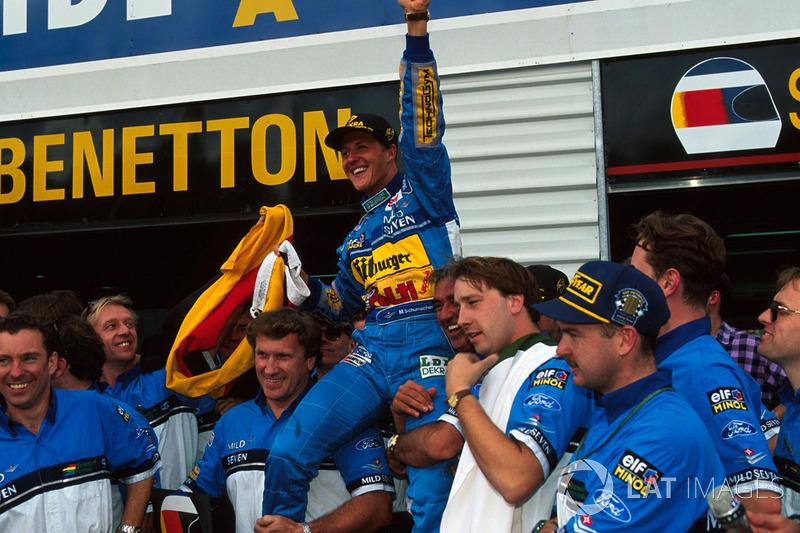 Michael Schumacher, Benetton takım ile şampiyonluğu kutluyor