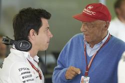 Toto Wolff, Director Ejecutivo (Negocios), Mercedes AMG, y Niki Lauda, Presidente No Ejecutivo, Mercedes AMG