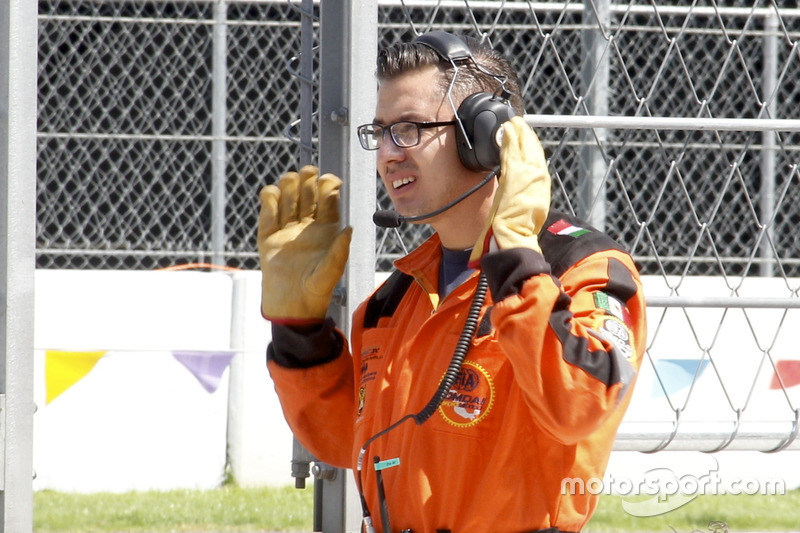 Un comisario de pista en un ensayo previo al GP de México