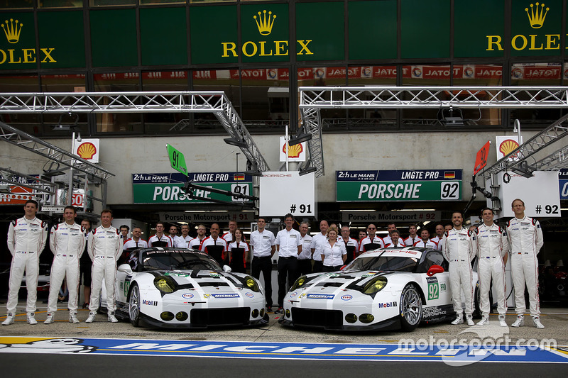 Командне фото: #91 Porsche Motorsport Porsche 911 RSR: Нік Тенді, Патрік Пілет, Кевін Естр і #92 Por