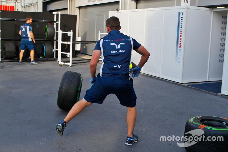 Механіки Williams з шинами Pirelli