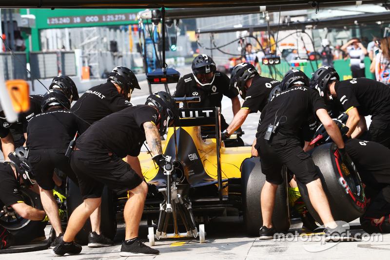 Jolyon Palmer, Renault Sport F1 Team RS16 practices a pit stop
