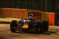 Daniel Ricciardo, Red Bull Racing RB12 con el equipo de sensor