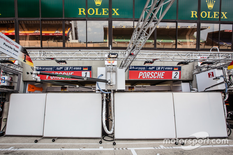 Porsche Team with blocked pitbox