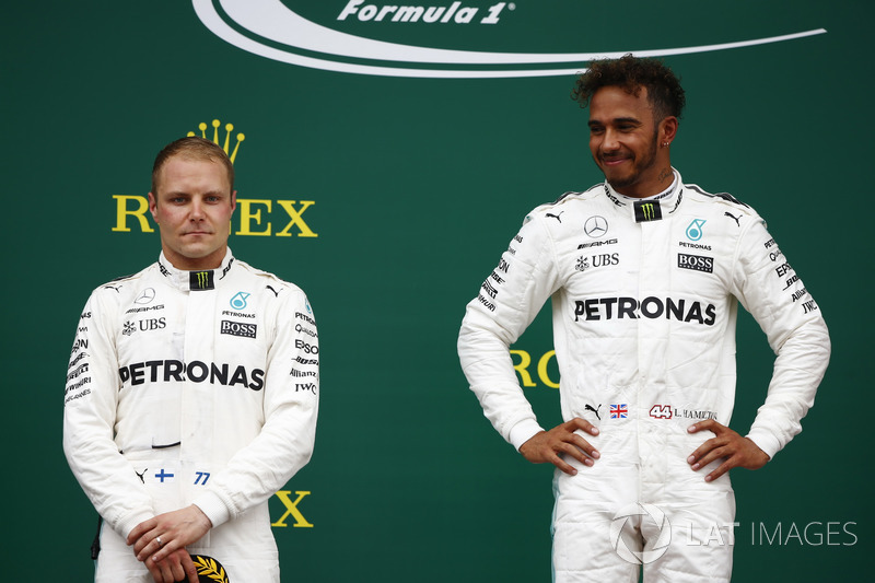 Ganador Lewis Hamilton, Mercedes AMG F1, Valtteri Bottas, Mercedes AMG F1, en el podio