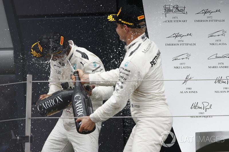 Ganador de la carrera Lewis Hamilton, Mercedes AMG F1, segundo lugar Valtteri Bottas, Mercedes AMG F