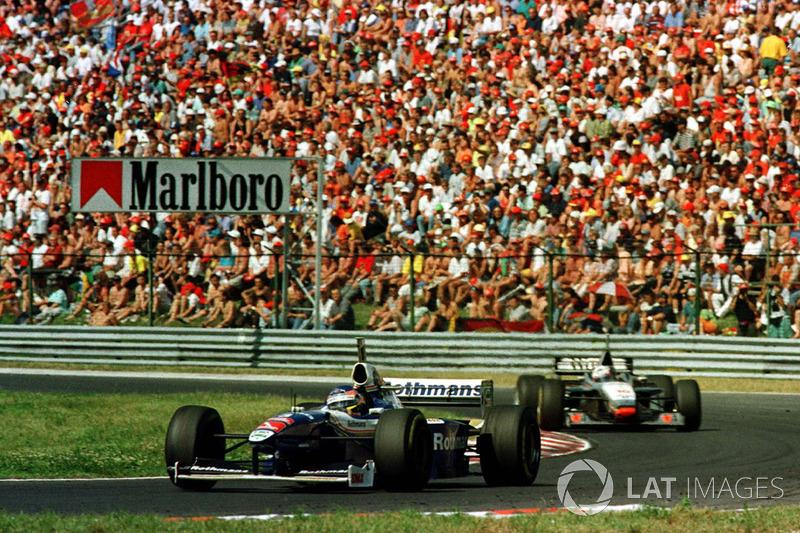 Вильнев тем временем поднимался наверх. Сперва из-за проблем с шинами и раннего пит-стопа самоустранился Эдди Ирвайн, затем из-за поломки двигателя сошел Мика Хаккинен, а на 13-м круге Жак скопировал маневр Деймона и обогнал Шумахера, став вторым