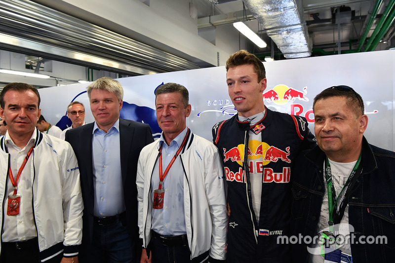 Veniamin Kondrytyev, Governor of Krasnodar Region, Dmitry Kozak, Deputy Prime Minister of the Russian Federation and Daniil Kvyat, Scuderia Toro Rosso in the garage
