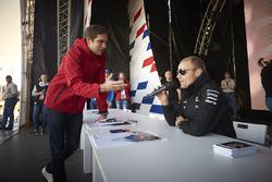 Гонщик Mercedes F1 Валттери Боттас и Виталий Петров