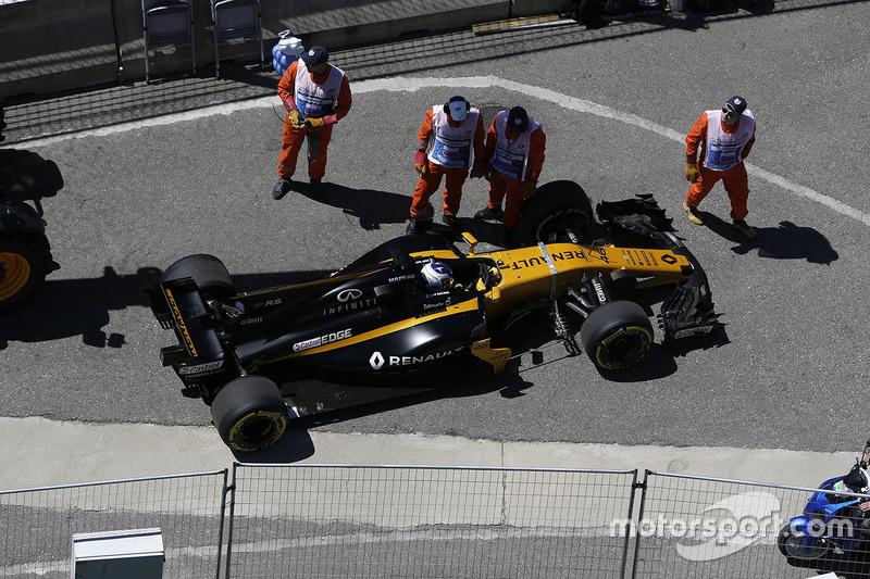 Sergey Sirotkin, Renault Sport F1 Team RS17 stops on track