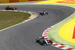 Льюис Хэмилтон, Валттери Боттас, Mercedes AMG F1 W08, и Даниэль Риккардо, Red Bull Racing RB13