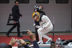 Lewis Hamilton, Mercedes AMG, fête sa victoire dans le Parc Fermé
