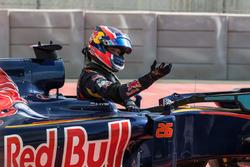 Daniil Kvyat, Scuderia Toro Rosso STR11 after puncture