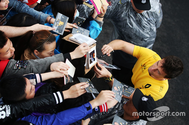 Jolyon Palmer, Renault Sport F1 Team Sport F1, signs autographs for fans