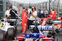 Sebastian Vettel, Ferrari, osserva la monoposto di Lewis Hamilton, Mercedes AMG F1 W08, nel parco chiuso dopo le Qualifiche
