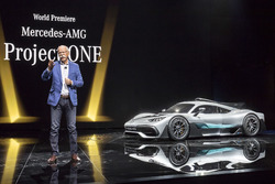 Dr. Dieter Zetsche, Presidente del Consejo de dirección de Daimler AG y jefe de los coches de Mercedes Benz, presenta el show car Mercedes-AMG Project ONE
