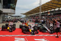 سيارات المركز الثاني لويس هاميلتون، مرسيدس، الفائز بالسباق ماكس فيرشتابن، ريد بُل ريسينغ، المركز الثالث دانيال ريكاردو، ريد بُل ريسينغ