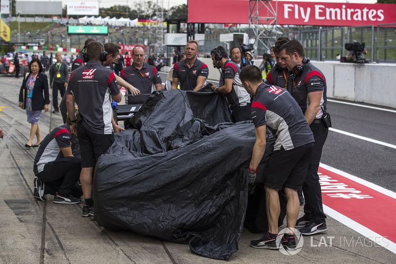 El coche chocado de Romain Grosjean, Haas F1 Team VF-17 regresado a pits