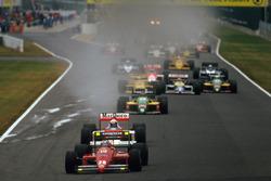 Старт гонки: лидирует Герхард Бергер, Ferrari F187
