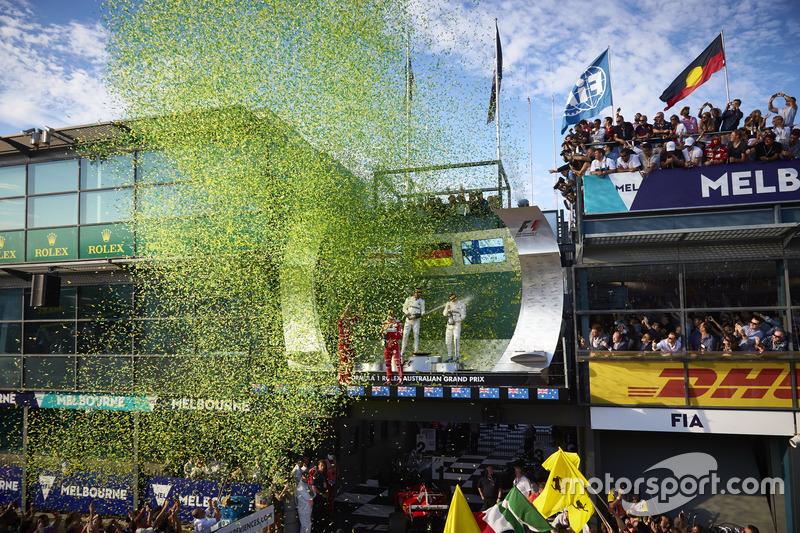 Confetis sobre los tres pilotos del podio