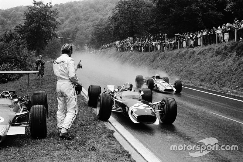 Гонщик Lotus Йозеф Зіфферт зупинився на узбіччі, щоб взяти сухий візор у Грема Хілла, який зійшов . Повз проїжджає пілот Honda Джон Сьортіз