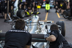 Mercedes AMG F1 W08 pit stop practice
