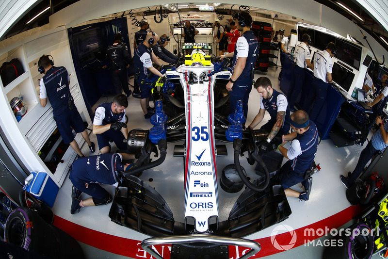 Les ingénieurs travaillent sur la voiture de Sergey Sirotkin, Williams FW41, au garage