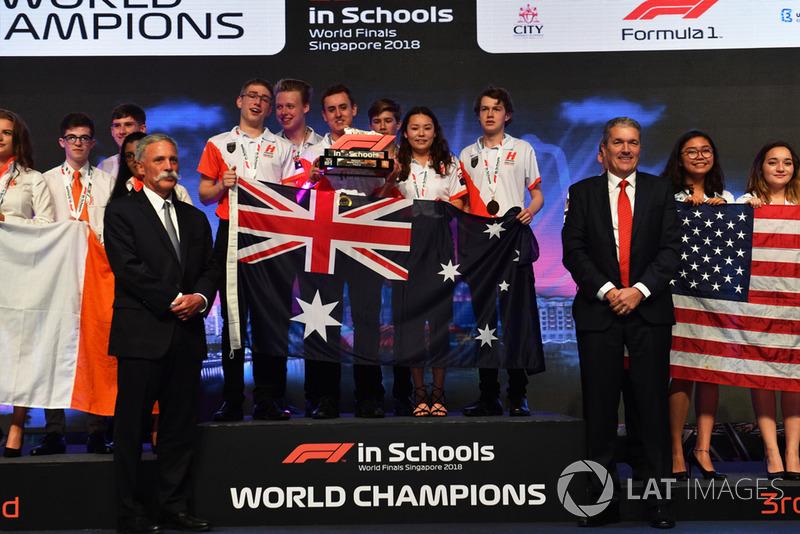 Chase Carey, director ejecutivo del Grupo Formula One y Andrew Denford, F1 in Schools con los ganadores