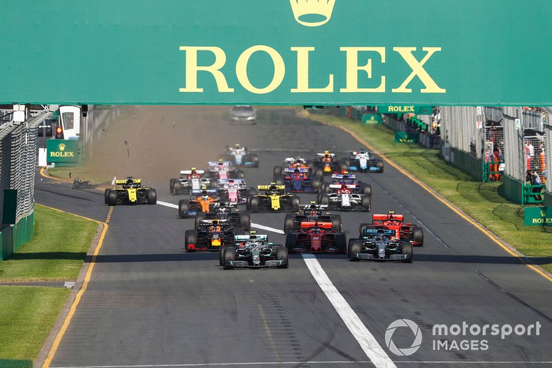 Valtteri Bottas, Mercedes AMG W10, precede Lewis Hamilton, Mercedes AMG F1 W10, Sebastian Vettel, Ferrari SF90, Charles Leclerc, Ferrari SF90, Max Verstappen, Red Bull Racing RB15, ed il resto del gruppo in partenza, mentre Daniel Ricciardo, Renault F1 Team R.S.19, danneggia l'ala anteriore