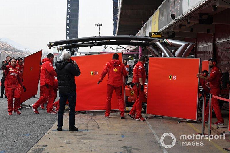 Себастьян Феттель, Ferrari SF90, та механіки Ferrari з екранами