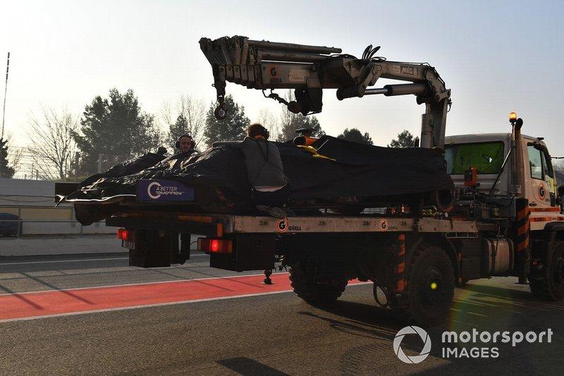 El coche de Lando Norris, McLaren es llevado a los pits